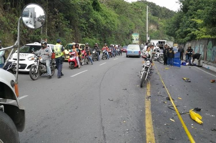 El accidente causó atascos vehiculares. (Foto Prensa Libre: Érick Ávila)