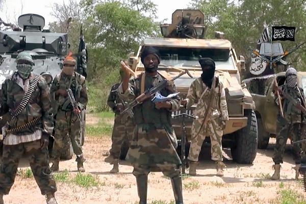 El líder del grupo yihadista nigeriano Boko Haram, Abubakar Shekau — centro—,