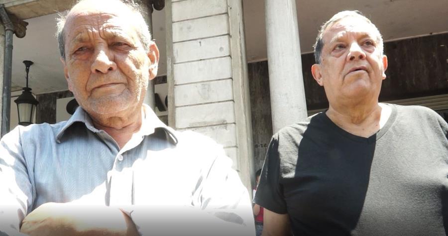Alfredo se dio cita junto a su hermano para disfrutar del desfile bufo. (Foto Prensa Libre: Beatriz Tercero)