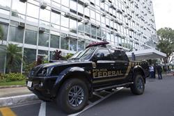 Policía permanece frente al Ministerio de Agricultura, sacudido por operación que desbarató una mafia. (Foto Prensa Libre: EFE)