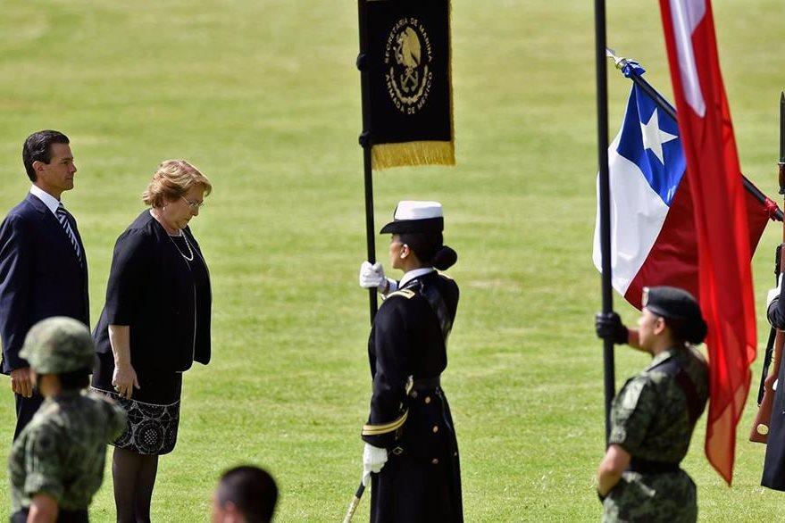 Bachelet fue recibida con honores militares en Ciudad de México. (Foto Prensa Libre: AFP).