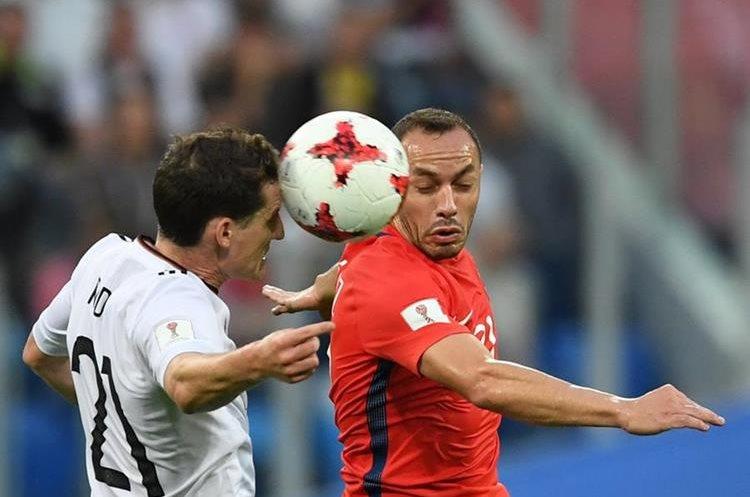 El alemán Sebastian Rudy disputa el balón con Marcelo Diaz.