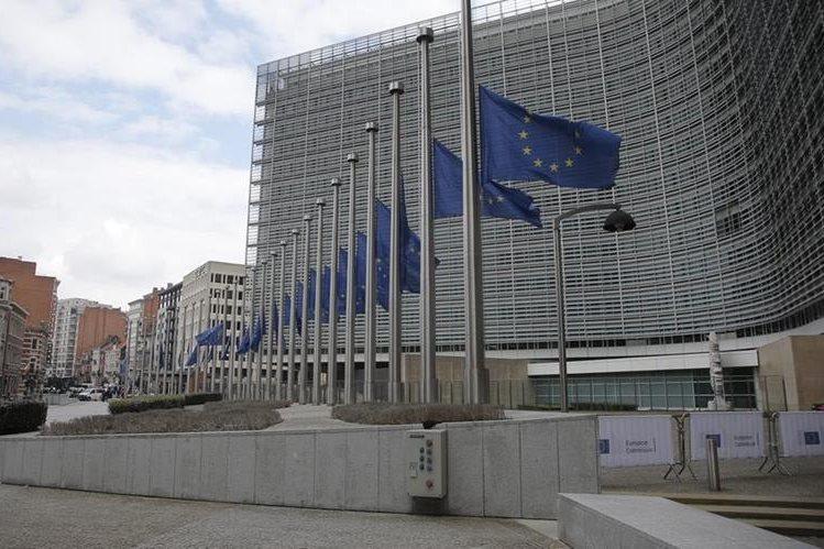 Banderas a media asta en la sede de la Comisión Europea en Bruselas, por los atentados. (Foto Prensa Libre: EFE)