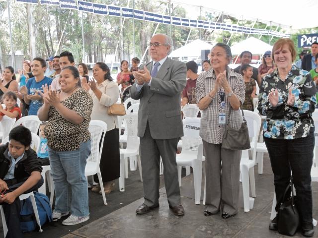Miembros del Consejo de Administración de Prensa Libre conviven con voceadores. (Foto Prensa Libre: Erick Avila)