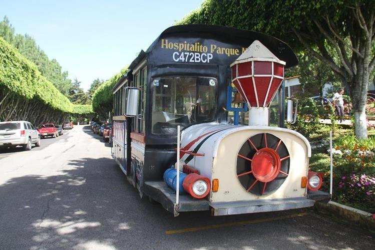 El autobús con fachada de tren transita por calles de Fraijanes desde hace una década. (Foto Prensa Libre: Cortesía)