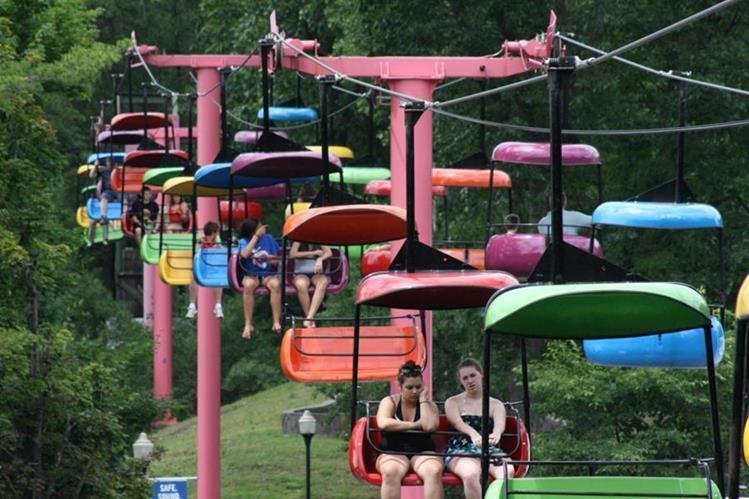 Niña cae de juego en parque de diversiones — Dramático