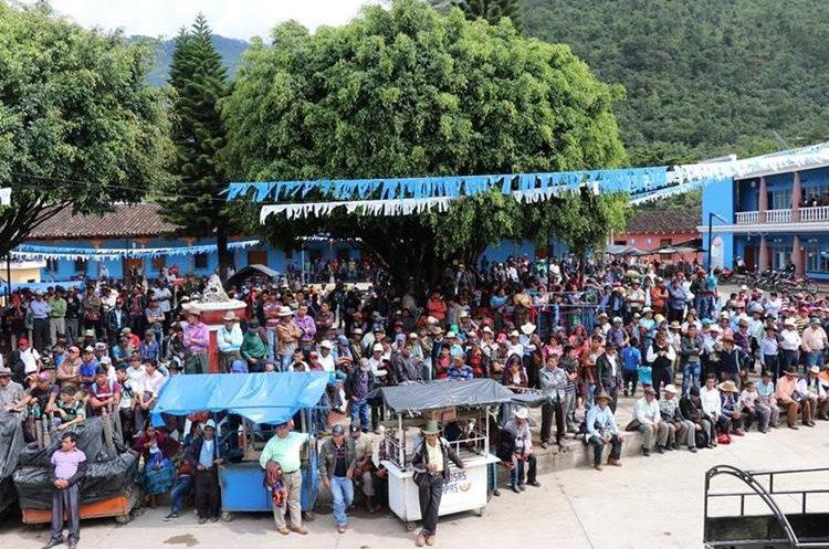 Manifestación en contra del jefe edil de Cunén, para exigir las escrituras de 17 comunidades. (Foto Prensa Libre: Héctor Cordero)