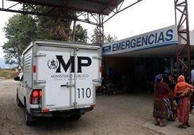 Las dos jóvenes fueron trasladadas al HRO, donde se les practicarán exámenes médicos. (Foto Prensa Libre: Carlos Ventura)