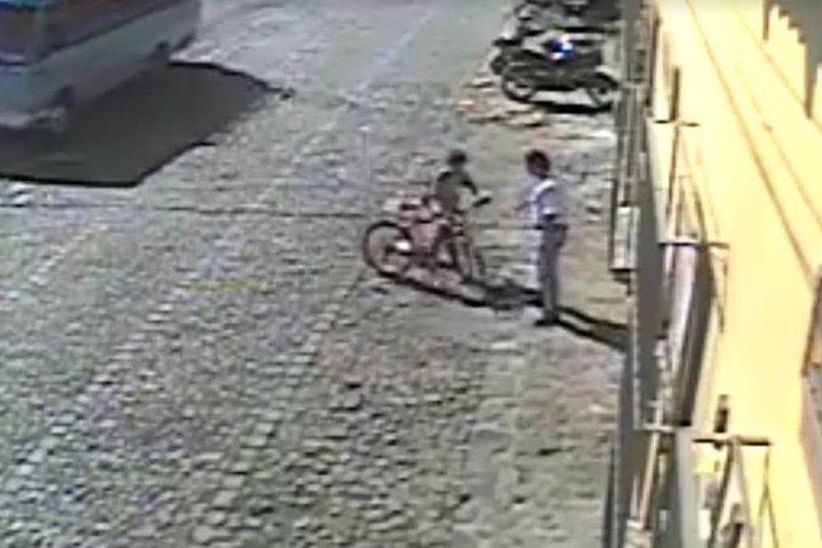 Momento en el que un niño es engañado por un sujeto que le roba su mochila y una bicicleta, en Antigua Guatemala. (Foto Prensa Libre: Tomada de Facebook)