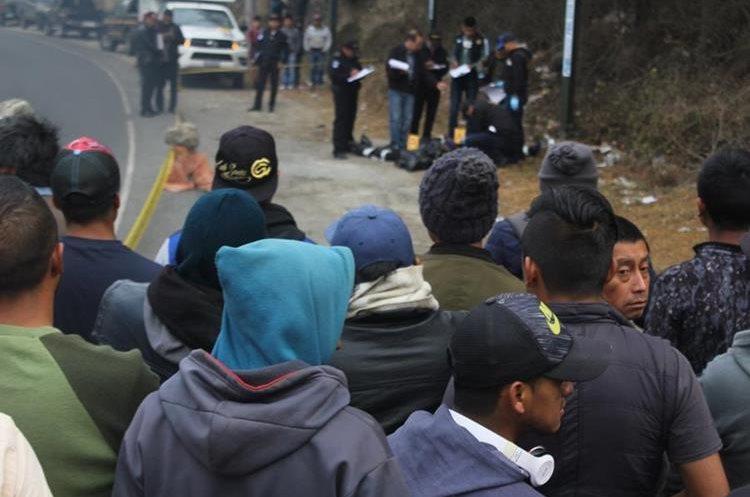 Curiosos observan las diligencias que efectúan autoridades en el lugar donde fueron hallados dos cadáveres. (Foto Prensa Libre: Fred Rivera).
