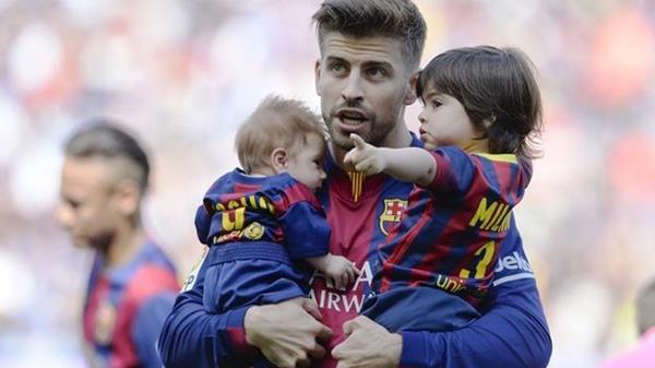 Gerard Piqué está enamorado de sus hijos Milan y Sasha. Este último nació en enero. (Foto Prensa Libre: Hemeroteca PL)