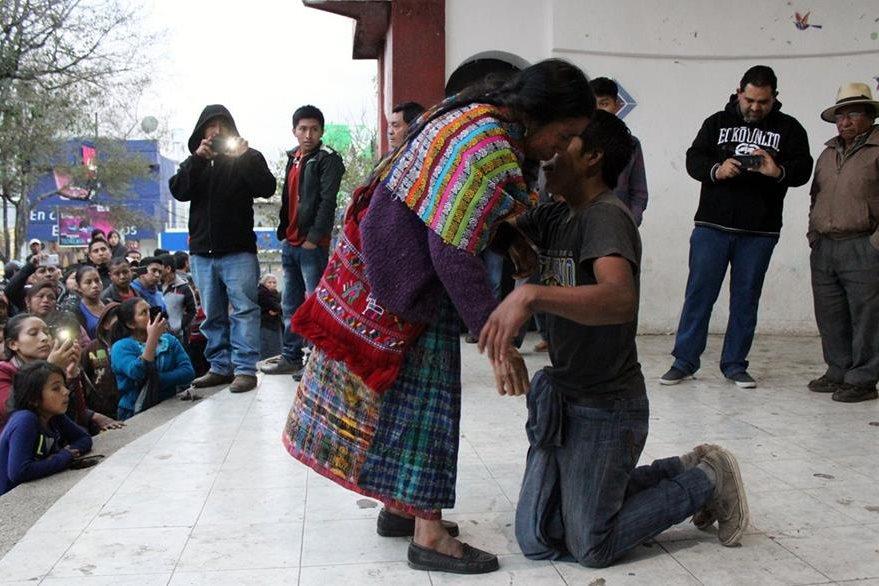 La madre del sindicado le reclama por haber robado el caballo. (Foto Prensa Libre: Óscar Figueroa)