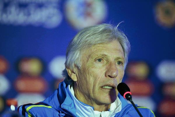 El entrenador de Colombia José Pekerman, durante la rueda de prensa en el estadio Monumental ayer. (Foto Prensa Libre: EFE)