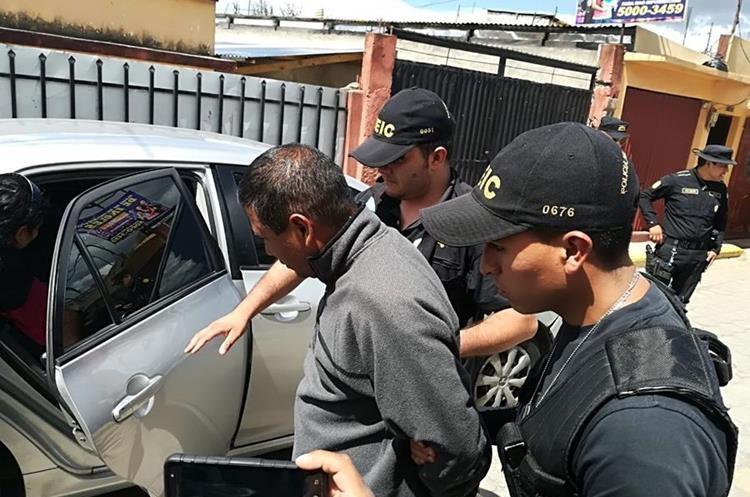 El allanamiento para detener a Edgar Leonel Ruíz Álvarez se realizó en la 2 calle, zona 4 de La Esperanza, Quetzaltenango. (Foto Prensa Libre: PNC).