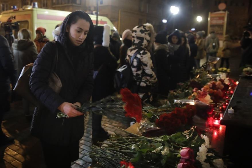 Rusos rinden homenaje en Moscú a víctimas de accidente aéreo. (AP)