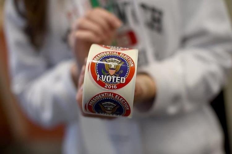 Los electores empezaron a depositar sus votos en nueve estados del este, entre ellos Virginia, Maine y Kentucky desde las 06.00 locales  (11.00 GMT) .