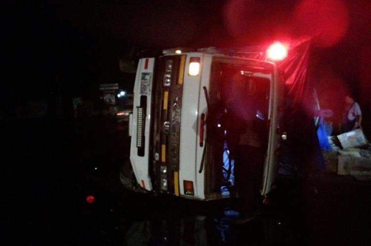 Uno de los camiones accidentados en Teculután. (Foto Prensa Libre: @BVoluntariosGT)