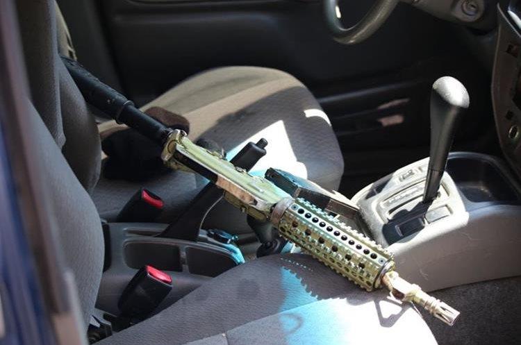 Un fusil fue hallado en un vehículo involucrado en un ataque armado, en Villa Nueva. (Foto Prensa Libre: PNC)
