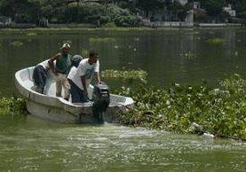 Lugareños se transportan en lancha entre las aguas contaminadas del lago de Amatitlán. (Foto Prensa Libre: Hemeroteca PL)