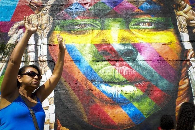 Una parte del mural realizado por Kobra en el Boulevard Olímpico de Río de Janeiro. (Foto Prensa Libre: EFE)
