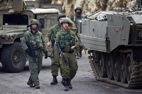 Soldados israelíes vigilan la frontera con Líbano después del ataque. (Foto Prensa Libre: AP).