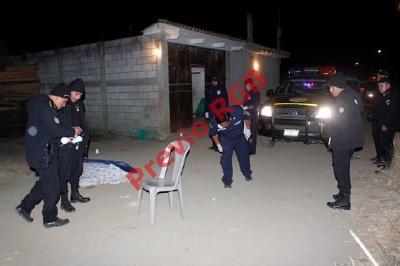 Fiscales del MP recogen evidencias en escena del crimen, en Sumpango, Sacatepéquez. (Foto Prensa Libre)