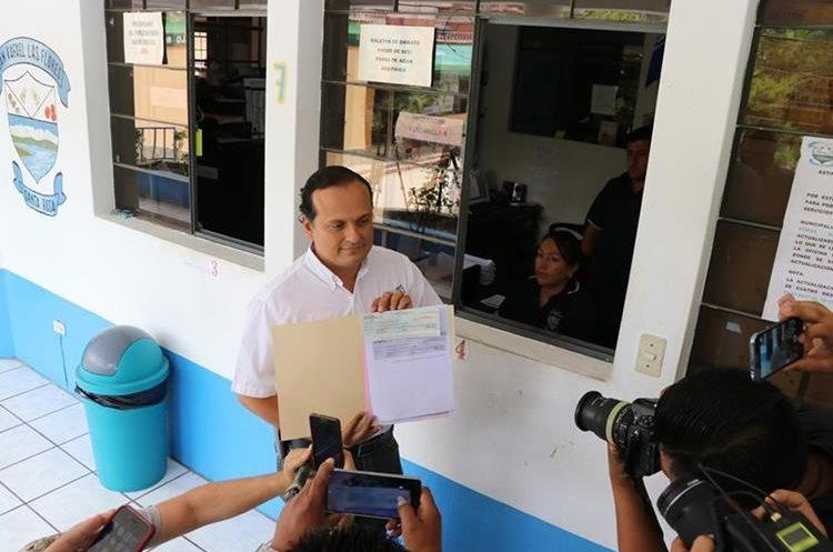 Personal de la mina entrega regalías a Municipalidad de San Rafael Las Flores. (Foto Prensa Libre: Hugo Oliva)
