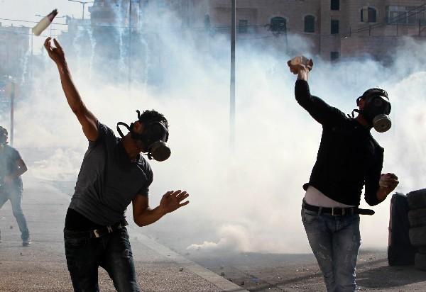 Palestinos se enfrentan a las fuerzas de seguridad israelíes en Belén.