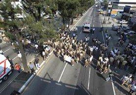 El bloqueo de estudiantes en la Calzada San Juan se convirtió en tragedia. (Foto Prensa Libre: Hemeroteca PL)