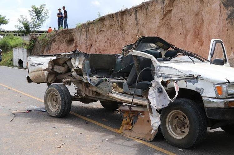 El picop donde viajaban las víctimas quedó destruido.(Foto Prensa Libre: Hugo Oliva)