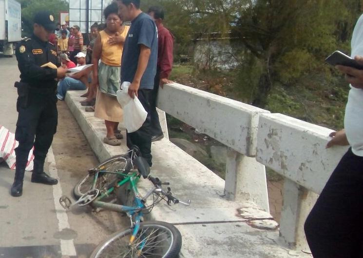 La bicicleta en la que se transportaba Carlos Orlando Molina Felipe quedó a pocos metros del cuerpo. (Foto Prensa Libre: Mario Morales)