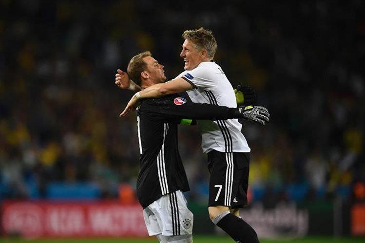 Neuer y Schweinsteiger celebran los primeros tres puntos de Alemania en la Eurocopa 2016. (Foto Prensa Libre: AFP)