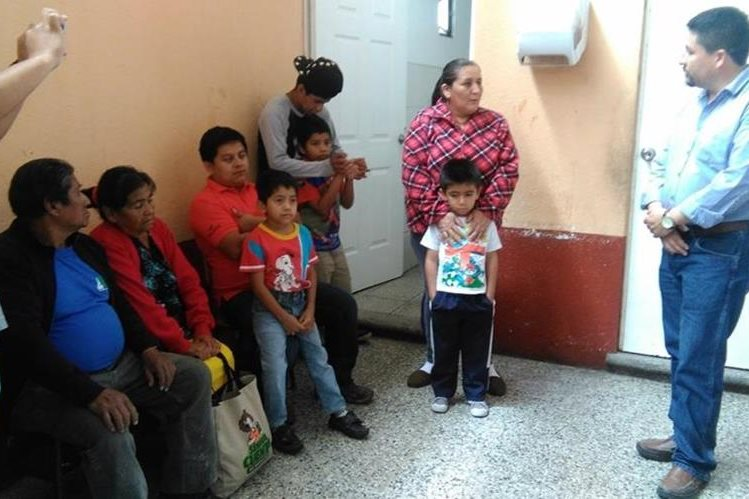 Familias afectadas por el desastre de El Cambray 2 comenzaron a dejar el albergue desde el viernes. (Foto Prensa Libre: Geldi Muñoz)