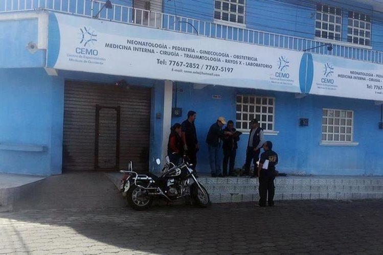Agentes de la PNC resguardan el IGSS ubicado en la zona 1 de Quetzaltenango. (Foto Prensa Libre: Carlos Ventura)