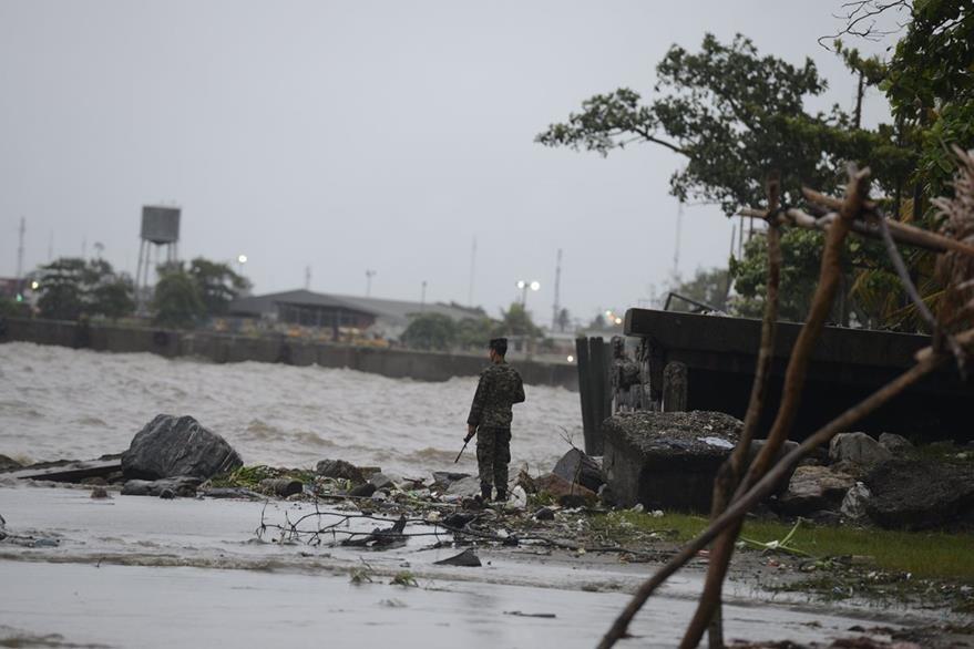 Centroamérica está en alerta máxima por el huracán Earl. (Foto Prensa Libre: AFP).