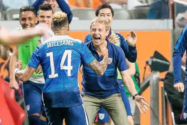 Williams y Klinsmann celebran efusivamente el empate transitorio para Estados Unidos. (Foto Prensa Libre: EFE)