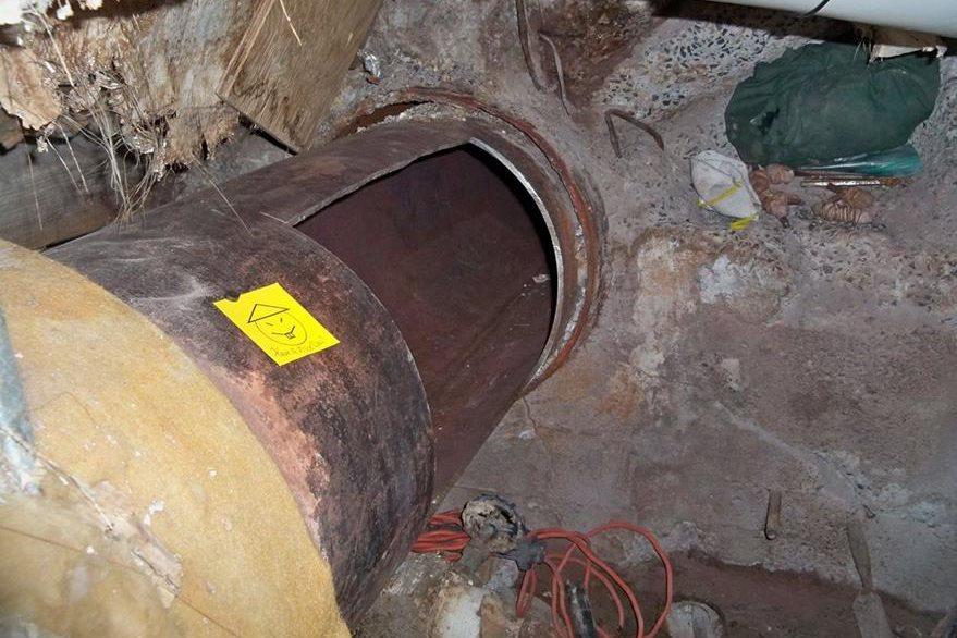 """Los reos lograron escapar tras hacer un agujero en una tubería, al salir dejaron una nota que decía """"Que tengan un buen día"""". (Foto Prensa Libre: AFP)."""