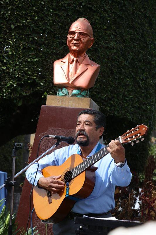 Carlos Pinto interpreta canciones de José Ernesto Monzón Reyna en el homenaje por su centenario de natalicio. (Foto Prensa Libre: Mike Castillo)