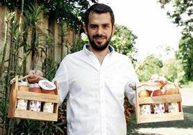 José Javier Viteri y su esposa crearon los smoothies artesanales de frutas y verduras Good Mood, como una opción natural sin azúcar. (Foto Prensa Libre: Paulo Raquec)