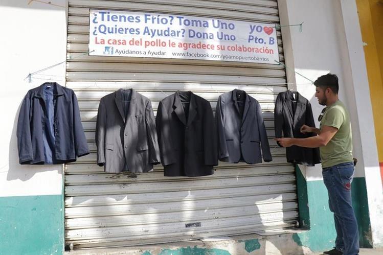 Un hombre se acerca a donar una prenda de vestir al Mercado 2 de Puerto Barrios. (Foto Prensa Libre: Dony Stewart)