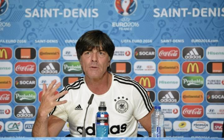 Löw durante una conferencia de prensa en la Eurocopa donde quedó eliminado en semifinales contra Italia. (Foto Prensa Libre: Hemeroteca)