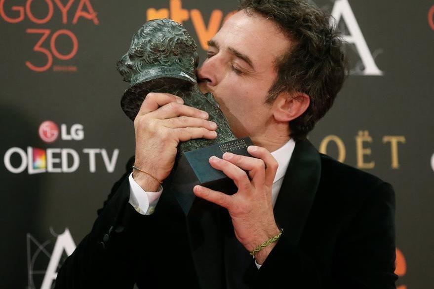 El director Daniel Guzmán recibió el premio a mejor dirección por A cambio de nada. (Foto Prensa Libre: EFE)