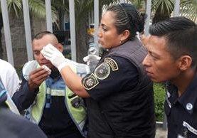 Bomberos atienden al agente de tránsito José Luis Álvarez. Foto Prensa Libre: Dalia Santos.