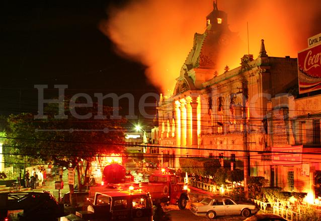 Durante más de tres horas los cuerpos de socorro de la región tardaron en sofocar las llamas que devoraban el Palacio de Retalhuleu en 2006. (Foto: Hemeroteca PL)