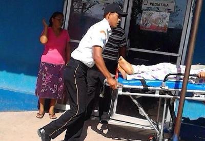 Un Bombero Voluntario traslada a uno de los heridos a un centro asistencial, en La Libertad, Petén. (Foto Prensa Libre:CVB)