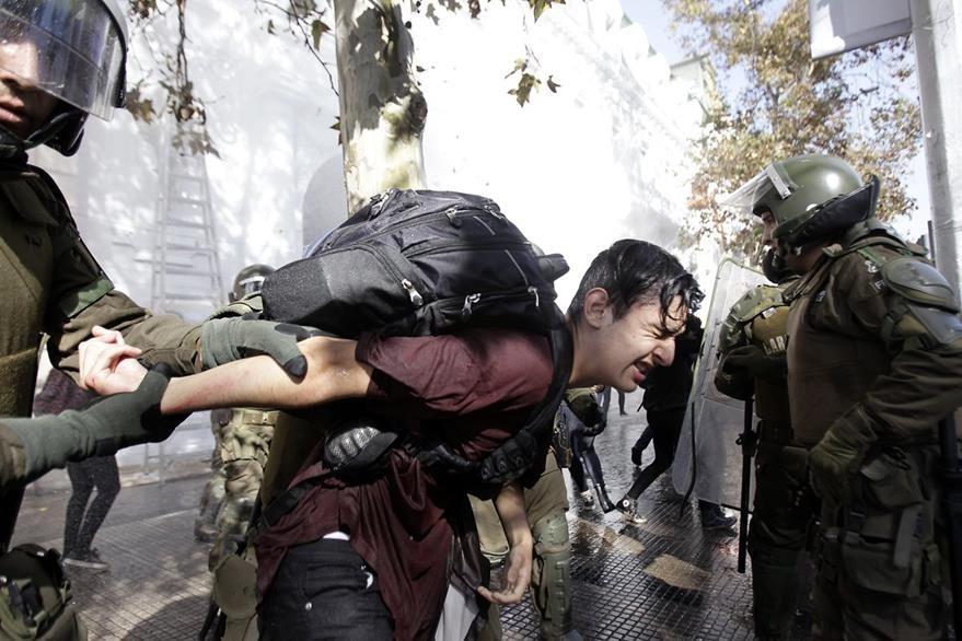 Un estudiante se enfrenta a la Policía en Santiago de Chile. (Foto Prensa Libre:EFE).