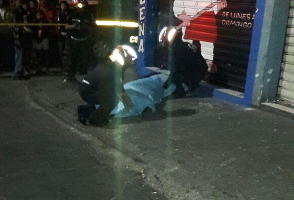 El cuerpo del agente de la PNC quedó en la banqueta, frente a una panadería. Foto Prensa Libre: Dalia Santos.