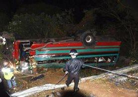 Autobús queda destruido por accidente en el km 35 de la ruta a El Salvador. (Foto Prensa Libre: Oswaldo Cardona)
