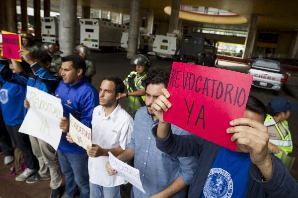 Universitarios protestan en la entrada del Consejo Nacional Electoral. (EFE).