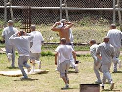 Jóvenes del correccional Etapa 2 cuando son sometidos al orden por la Policía luego de motín. (Foto Prensa Libre: Érick Ávila)